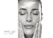 Принципиальная схема внимательности кожи Женщина курорта прикладывая увлажнитель на стороне Стоковая Фотография RF