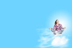 принципиальная схема вручает его небо человека поднятое раздумьем к детенышам Стоковые Фото
