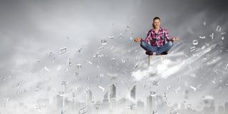 принципиальная схема вручает его небо человека поднятое раздумьем к детенышам Стоковое Изображение RF