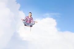 принципиальная схема вручает его небо человека поднятое раздумьем к детенышам Стоковые Изображения RF