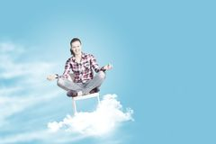 принципиальная схема вручает его небо человека поднятое раздумьем к детенышам Стоковые Фотографии RF