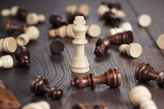 Принципиальная схема выигрыша шахмат над деревянной предпосылкой Стоковое фото RF