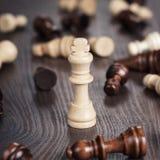 Принципиальная схема выигрыша шахмат над деревянной предпосылкой Стоковые Изображения RF