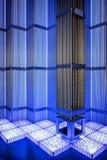 Принципиальная схема зеленой энергии способной к возрождению: маргаритка и трава над символом сломленной ядерной энергии Стоковое Изображение RF