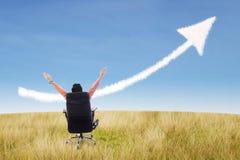 Принципиальная схема и стрелка успеха бизнесмена подписывают на пшеничном поле Стоковое фото RF
