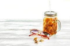 Принципиальная схема каникулы лета желтый сок коктеиля с абрикосом, su Стоковые Изображения RF