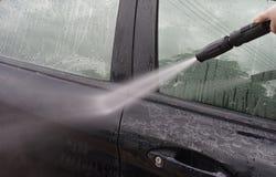 принципиальная схема конца чистоты автомобиля вверх моя Автомобиль чистки используя высокую воду давления женщиной, женщиной може Стоковое Изображение RF