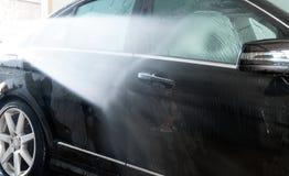 принципиальная схема конца чистоты автомобиля вверх моя Современный автомобиль покрытый водой Стоковые Фото