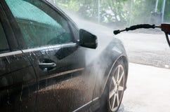 принципиальная схема конца чистоты автомобиля вверх моя Современный автомобиль покрытый водой Стоковые Изображения RF