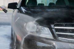 принципиальная схема конца чистоты автомобиля вверх моя Современный автомобиль покрытый водой Стоковое Изображение