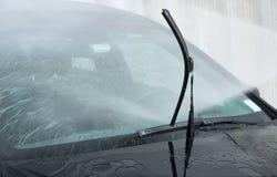 принципиальная схема конца чистоты автомобиля вверх моя Современный автомобиль покрытый водой Стоковое Изображение RF