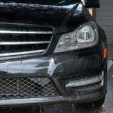 принципиальная схема конца чистоты автомобиля вверх моя Современный автомобиль покрытый водой Стоковое фото RF