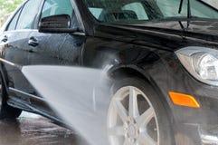 принципиальная схема конца чистоты автомобиля вверх моя Современный автомобиль покрытый водой Стоковая Фотография RF