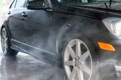 принципиальная схема конца чистоты автомобиля вверх моя Современный автомобиль покрытый водой Стоковое Фото