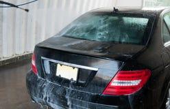 принципиальная схема конца чистоты автомобиля вверх моя Современный автомобиль покрытый водой Стоковые Изображения