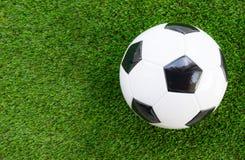 принципиальная схема крупного плана шарика обувает спорт футбола Стоковая Фотография