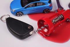 принципиальная схема надевает привод t питья Ключи автомобиля, консервооткрыватель для бутылок вина красный цвет пятна вина Ответ Стоковое Изображение