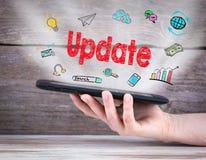 Принципиальная схема новой версии планшет в руке деревянное предпосылки старое Стоковое Изображение RF