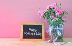 Принципиальная схема дня матерей Букет цветков гвоздики в вазе Стоковые Изображения
