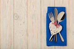 Принципиальная схема дня ` s Валентайн На столовом приборе деревянного стола на na белья Стоковые Фотографии RF