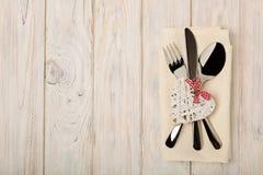 Принципиальная схема дня ` s Валентайн На столовом приборе деревянного стола на na белья Стоковые Фото