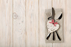 Принципиальная схема дня ` s Валентайн На столовом приборе деревянного стола на na белья Стоковая Фотография RF