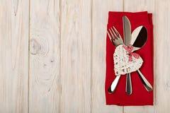 Принципиальная схема дня ` s Валентайн На столовом приборе деревянного стола на na белья Стоковое Изображение