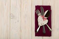 Принципиальная схема дня ` s Валентайн На столовом приборе деревянного стола на na белья Стоковое Фото