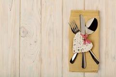 Принципиальная схема дня ` s Валентайн На столовом приборе деревянного стола на na белья Стоковая Фотография