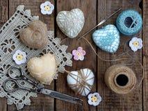 Принципиальная схема дня ` s Валентайн Состав красочных handmade сердец на деревянной предпосылке needlework Стоковое Фото