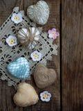 Принципиальная схема дня ` s Валентайн Состав красочных handmade сердец на деревянной предпосылке needlework скопируйте космос Стоковые Изображения