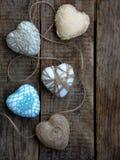Принципиальная схема дня ` s Валентайн Состав красочных handmade сердец на деревянной предпосылке needlework скопируйте космос Стоковое фото RF