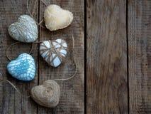 Принципиальная схема дня ` s Валентайн Состав красочных handmade сердец на деревянной предпосылке needlework скопируйте космос Стоковое Изображение