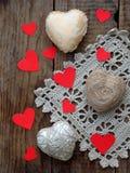 Принципиальная схема дня ` s Валентайн Состав красочных handmade сердец на деревянной предпосылке needlework Селективный фокус Стоковое Фото