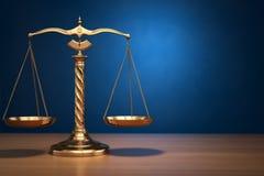 Принципиальная схема правосудия Масштабы закона на голубой предпосылке Стоковое фото RF