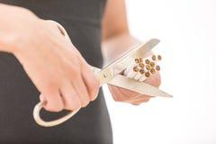 принципиальная схема прекратила курить Крупный план женщины вручает сигареты вырезывания Стоковые Изображения