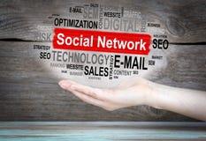 принципиальная схема цифрово произвела высокий social res сети изображения Облако слова в женской руке стоковые изображения