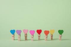 принципиальная схема clothespins толпится вне положение рядка Стоковое Изображение RF
