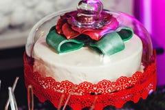Принципиальная схема `s Новый Год торт под стеклянным куполом Стоковое Изображение RF