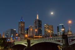 Принцы наводят и Мельбурн на ноче стоковые фото