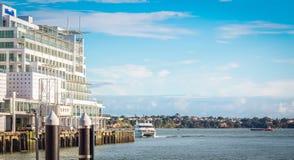 Принцы Причал смотря вне к гавани Waitemata, Окленду, Новой Зеландии стоковая фотография