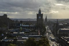 Принцы Улица и Balmoral Эдинбург, Шотландия стоковые фото