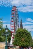 Принцы Улица Сад с колесом Ferris и памятником Скотта внутри стоковые фото