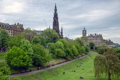 Принцы Улица Сад Шотландск Эдинбург с взглядом на памятнике Скотта стоковое фото rf