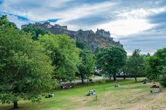 Принцы Улица Сад, Эдинбург, с замком Эдинбурга в стоковое фото