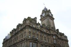 Принцы Улица с гостиницой Balmoral с башней и часами, Эдинбургом Шотландией стоковое изображение