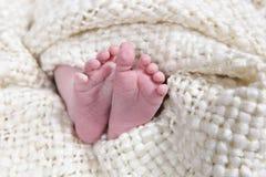 принятая нога крупного плана младенцев стоковая фотография