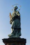 принятое солнечное статуи sf республики prague фото nepomuk john дня charles моста чехословакское было Джон Nepomuk на Карловом м Стоковая Фотография