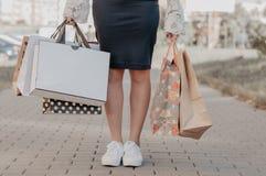 Приобретение женщины на черной продаже пятницы стоковые фотографии rf