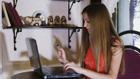 Приобретение женщины с кредитной карточкой акции видеоматериалы
